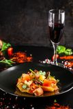 O conceito da culinária espanhola Salada espanhola com salsicha do chouriço, laranja, tomate, baguette, estragão, azeite Um vidro imagens de stock