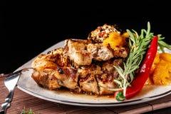 O conceito da culinária mexicana Bife grelhado da carne de porco com molho picante, salsa da pimenta vermelha, pêssegos e camarõe foto de stock