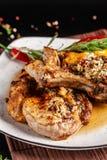 O conceito da culinária mexicana Bife grelhado da carne de porco com molho picante, salsa da pimenta vermelha, pêssegos e camarõe imagens de stock royalty free