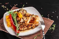 O conceito da culinária mexicana Bife grelhado da carne de porco com molho picante, salsa da pimenta vermelha, pêssegos e camarõe fotografia de stock royalty free