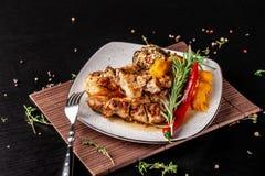 O conceito da culinária mexicana Bife grelhado da carne de porco com molho picante, salsa da pimenta vermelha, pêssegos e camarõe imagens de stock