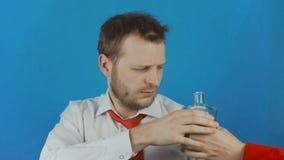 O conceito da desordem ou do alcoolismo do uso do álcool como um diabo ou um demônio dá a bebida do álcool do homem vídeos de arquivo