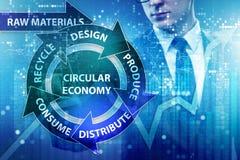 O conceito da economia circular com homem de negócios imagens de stock