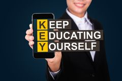 O conceito da educação, texto feliz de Show da mulher de negócios mantém-se, educando fotos de stock