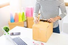 O conceito da entrega do comércio eletrônico e em linha a venda começam acima bu pequenos fotos de stock royalty free