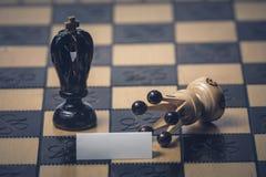 O conceito da estrat?gia da xadrez est? na placa de xadrez fotos de stock