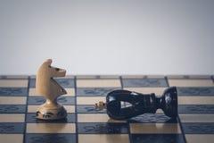 O conceito da estrat?gia da xadrez est? na placa de xadrez imagem de stock royalty free