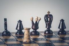 O conceito da estrat?gia da xadrez est? na placa de xadrez imagens de stock
