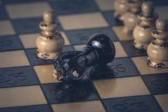 O conceito da estrat?gia da xadrez est? na placa de xadrez imagem de stock