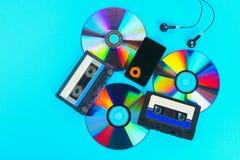 O conceito da evolução da música Gaveta, CD-disco, leitor de mp3 Vintage e modernidade Apoio da música fotografia de stock
