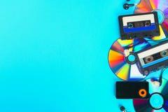 O conceito da evolução da música Gaveta, CD-disco, leitor de mp3 Vintage e modernidade Apoio da música foto de stock royalty free