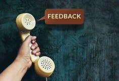 O conceito da experiência do cliente, mão que aumenta o telefone e escuta F fotografia de stock royalty free