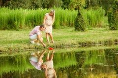 O conceito da gravidez, uma vida nova Pares grávidos na paridade Fotos de Stock