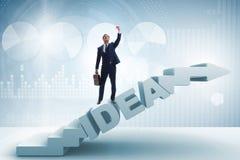 O conceito da ideia com as escadas de escalada das etapas do homem de negócios Fotografia de Stock