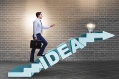 O conceito da ideia com as escadas de escalada das etapas do homem de negócios Imagem de Stock Royalty Free