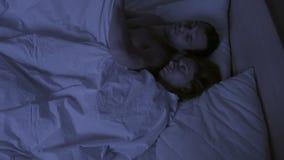 O conceito da insônia, os lances dos pares no seu dorme, uma vista superior filme