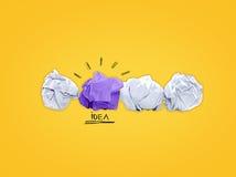 O conceito da inspiração amarrotou a metáfora de papel da ampola para a boa ideia Imagem de Stock