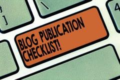 O conceito da lista de verificação da publicação do blogue da escrita do texto da escrita que significa artigos acionáveis alista imagens de stock royalty free