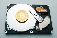 O conceito da mineração e armazenamento do bitcoin das cripto-correntes ilustração royalty free