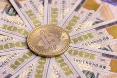 O conceito da moeda cripto valioso, a troca de dinheiro Bitcoin do ouro no fundo de contas de cem-dólar, o espalhado imagem de stock royalty free
