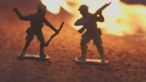 O conceito da morte da guerra movimento lento dos soldados ardentes vídeos de arquivo