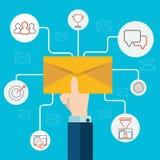 O conceito da propaganda do email, mão humana do mercado digital direto que guarda uma informação de espalhamento do envelope pen ilustração stock