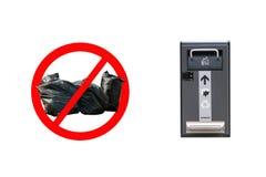 O conceito da proteção ambiental e da gestão de resíduos apropriada Um sinal da cruz para fora rubbish ao lado de um esperto mode fotos de stock