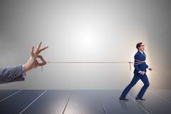 O conceito da retenção do pessoal com o empregado amarrado acima imagens de stock