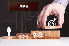 O conceito da tecnologia, do Internet e da rede O homem de neg?cios mostra um modelo de trabalho do neg?cio: ADS imagem de stock