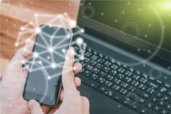 O conceito da tecnologia do negócio, executivos das mãos usa o phon esperto Foto de Stock