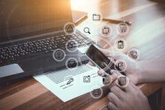 O conceito da tecnologia do negócio, executivos das mãos usa o phon esperto Imagens de Stock