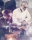 O conceito da tela digital, ícone da conexão virtual, diagrama, gráfico conecta Colegas de trabalho da equipe que fazem a grande  Imagem de Stock