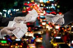 O conceito das despesas de curso, homem de negócios faz o dinheiro do custo de transporte Fotografia de Stock