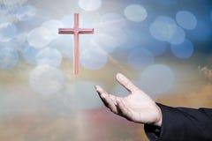 O conceito de adoração do deus, pessoa abre as mãos vazias com palmas acima fotos de stock
