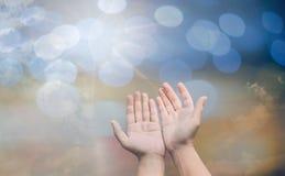 O conceito de adoração do deus, pessoa abre as mãos vazias com palmas acima imagem de stock