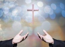 O conceito de adoração do deus, pessoa abre as mãos vazias com palmas acima fotografia de stock royalty free
