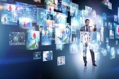 O conceito de fluir o vídeo com homem de negócios fotografia de stock