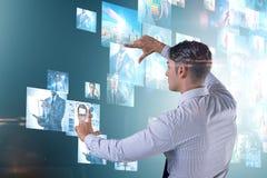 O conceito de fluir o vídeo com homem de negócios imagens de stock