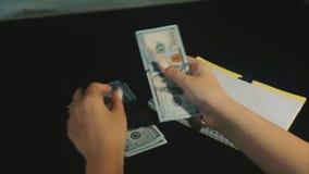 O conceito de hads da mulher da crise de orçamento da família conta dólares remunera e escreve desperdícios vídeos de arquivo