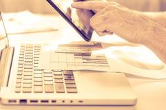 O conceito de Omnichannel entre os dispositivos para melhorar o desempenho da empresa Soluções inovativas no negócio Fotos de Stock Royalty Free
