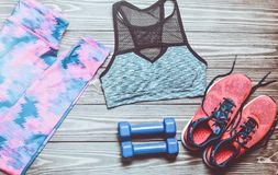 O conceito de um estilo de vida do esporte Pesos, sportswear, tingindo-se fotos de stock royalty free