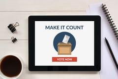 O conceito de votação em linha na tela da tabuleta com escritório objeta Imagem de Stock