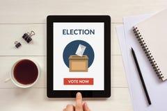 O conceito de votação em linha na tela da tabuleta com escritório objeta Fotografia de Stock