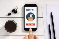 O conceito de votação em linha na tela esperta do telefone com escritório objeta Fotos de Stock