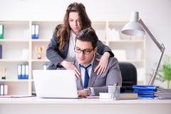 O conceito do acosso sexual com homem e mulher no escritório Foto de Stock