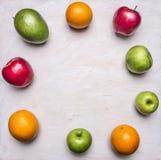 O conceito do alimento saudável, vitaminas, vários frutos, várias maçãs, manga, laranjas alinhou o texto b rústico de madeira do  Fotos de Stock
