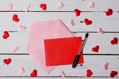 O conceito do amor, de um pedaço de papel e de um envelope em um woode Fotografia de Stock Royalty Free