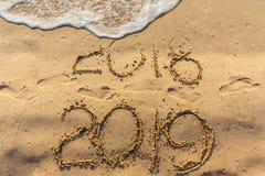 O conceito do ano novo feliz 2019 é de vinda e deixando um ano de 2018 imagem de stock
