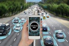 O conceito do automóvel que conecta com o telefone esperto e autonomamente conduz a estrada foto de stock