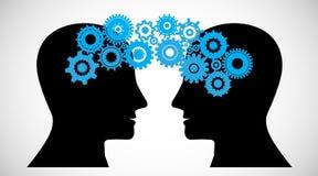 O conceito do cérebro que ataca, conhecimento que compartilha no meio à cabeça dos povos, esta foi mostrado através das rodas den Fotos de Stock